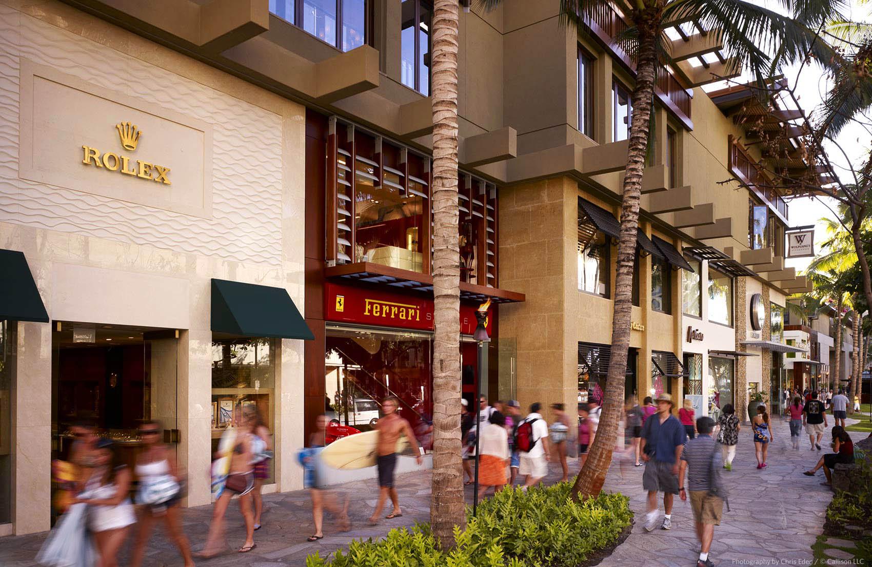 Royal Hawaiian Shopping Center - Streetside activity